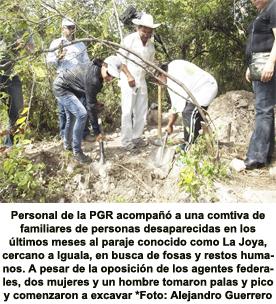 A pico y pala buscan a sus familiares en Iguala