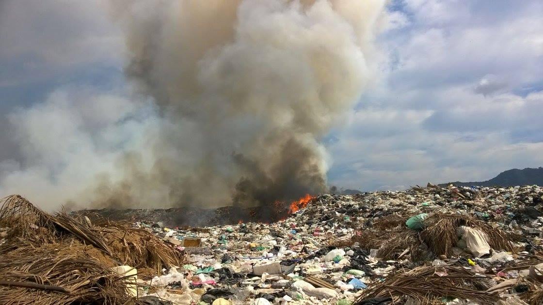Cinco días y sigue el incendio en el tiradero municipal de Ixtapa-Zihuatanejo