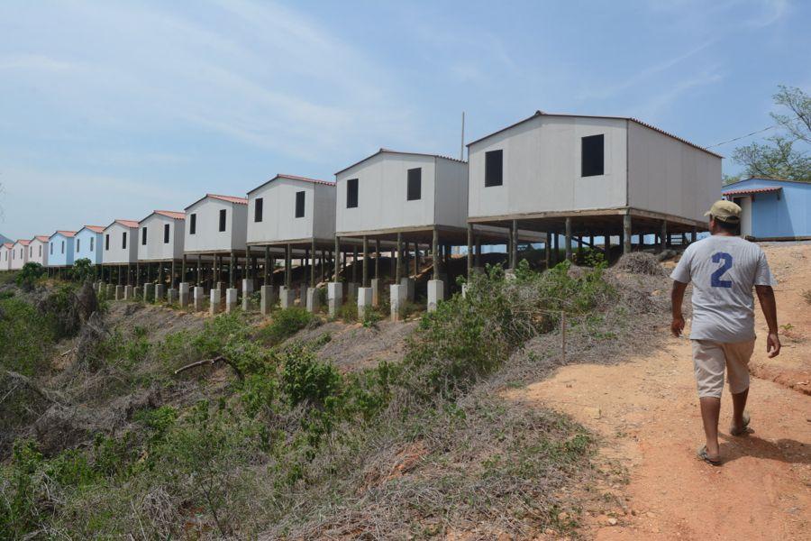 En Papagayo, casas de madera, sobre troncos ya podridos, se ...